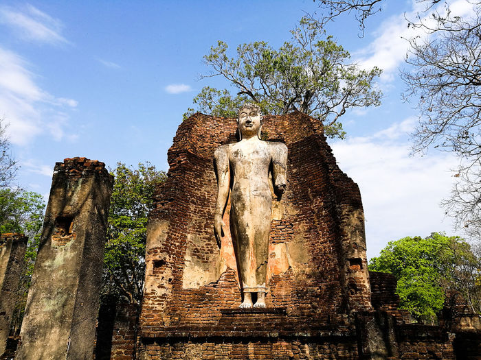 Standing Buddha in Kamphaengphet Thailand Cloud - Sky Sky Spirituality Religion Low Angle View No People Statue Outdoors Sculpture Day Architecture Spraying Ancient Civilization Kamphaengphet Thailand🇹🇭 Old Ruin Statue Buddha Image Buddha Statue Religious Art Religious Place Ancient History Culture Travel Summer
