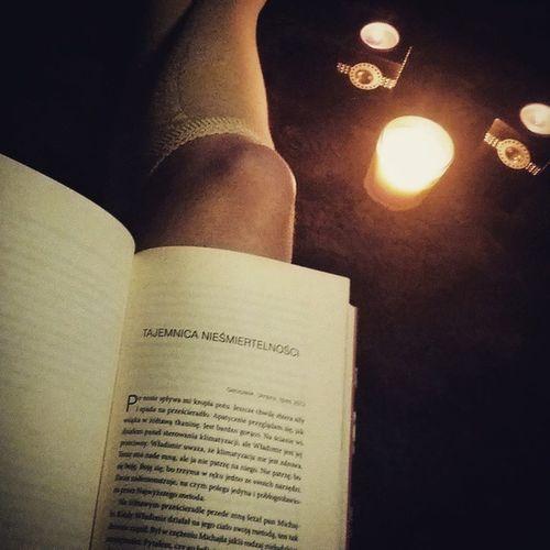 Dobrywieczor Chwiladlasiebie Książka Kossakowski nagranicyzmysłów rozdział tajemnica nieśmiertelności relaks cieplutko przytulnie świeczki book relax secretofimmortality scentedcandles timeforyouself legs heat cosily