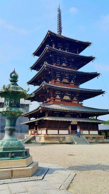 こんにちは。朝4時半に家を出て、大阪出張。途中の渋滞を考慮して、早めに出てきたため、現地へ着くまでには時間がありました。手前の「法隆寺」のインターの看板が目につき、1度下道へおりました。目指すは何年ぶり?!もちろん、法隆寺。午前8時の鐘の音(ゴーンというお寺の鐘)を聞きながら拝観開始。大人になって見てみると、見る心構えも見え方も違うなぁと。大人の修学旅行も良いかなぁ、なんて。1時間ほどの良いお散歩にもなりました。静岡の皆さん、こちらは暑くて良いお天気ですよ。 法隆寺 お寺 御朱印帳 修学旅行 奈良 出張 お仕事 Hello World