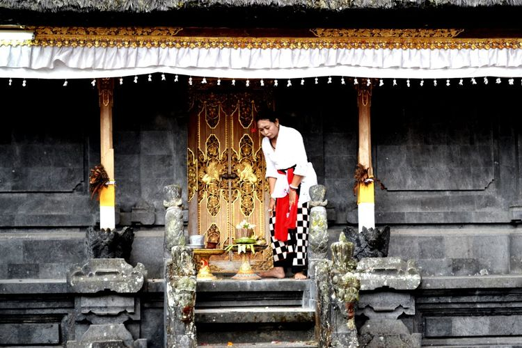 Baliphotography EyeEm Nature Lover The Week Of Eyeem EyeEm Indonesia Besakih Temple Daily Life People Photography Praying Capture The Moment Balinese Woman