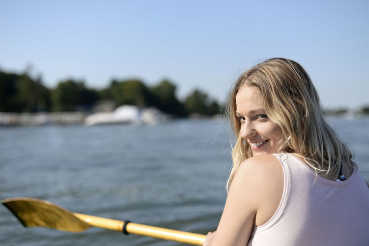 woman in kajak Woman Boat Paddle Boat Kayak Paddle Paddling Young Women Beautiful Woman Happy Contentment Relaxing Holiday Summer Lake River Water Fitness Millennials Blond Hair Leisure Activity One Person Women Nature Outdoors Smiling