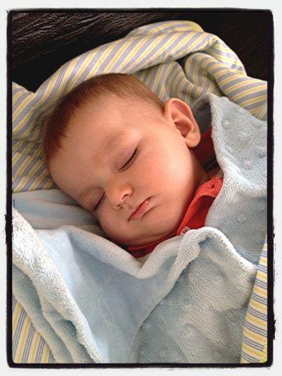 Günün neşesi... Amcasının tosunu uyuyor. Çok özledim, uyandırsam mı?