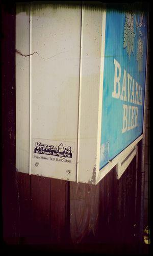 Hoe grappig! Ben je in een klein dierentuintje, waar komt het Bavaria reclamebord vandaan? Uit Veghel!