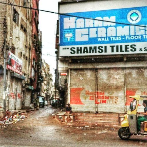 Making an entrance. Karachi rains Karachi Pakistan Aimanadeel Streetphotography Photographerslifeforme Rain Raining RainyDay Pouring RainyDays Water Clouds Cloudy Photooftheday Puddle Umbrella Instagood Gloomy Rainyweather Rainydayz Splash Downpour Instarain Rickshaw