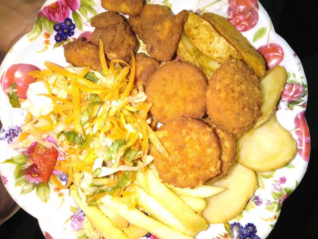 Time for an unusual dinner😋 Chipsdelight Foody Dinner Time Camenbert Chicken Popcorn Salad