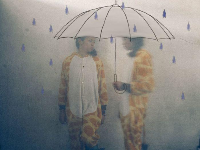 """""""落在一个人一生的雪,我们无法全部看见。""""(原谅我不会画雪) People Photography Drawing Original Colors China The Umbrella Man"""