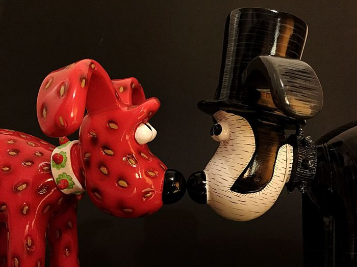 Gromberry meets Isambark Kingdog Brunel Gromit Unleashed Gromit Wallace & Gromit 超級無敵掌門狗 Wallace And Gromit Figurine  Strawberry Statue Dog Statue Nose To Nose Brunel Isambard Kingdom Brunel. Charity