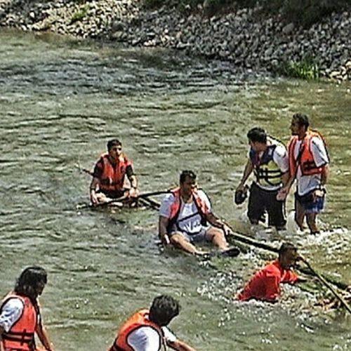 شباب المعهد في نهر في ماليزيا ركبنا البامبو … مغامره حلوه الصراحه Malysia River Team Pi bambo adventure