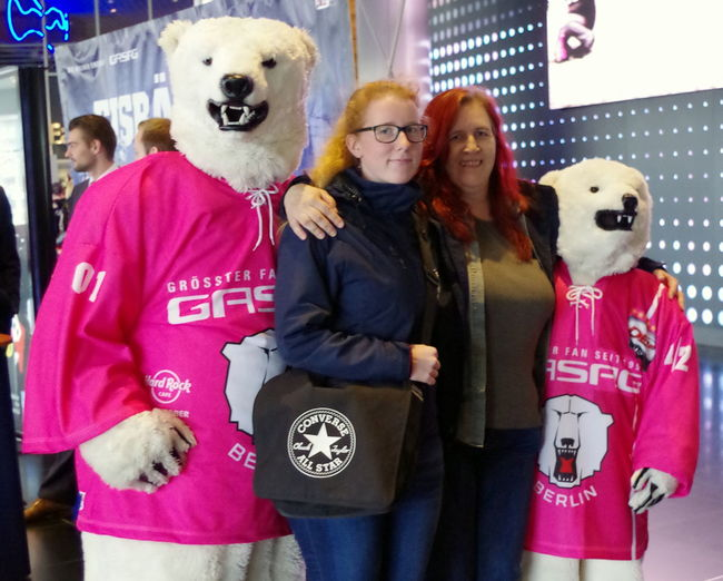 """""""Pink in the Rink"""" (25.10.15) ... Eisbären Berlin gegen Grizzlys Wolfsburg (3:2) Berlin Eisbären Berlin Eishockey Familie Family Fun Pink PINK IN THE RINK Portrait Spaß Susan G. Komen E.V."""