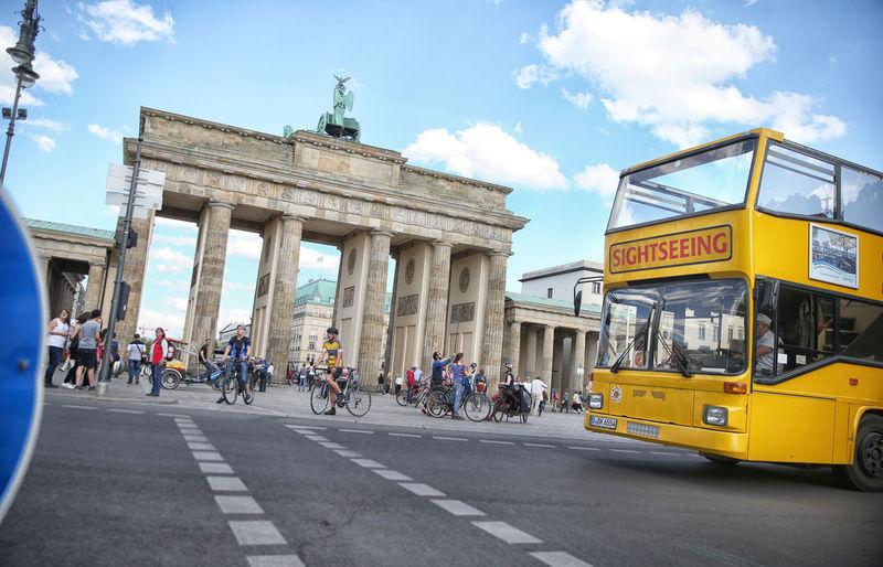 Brandenburger Tor Berlin FOTO: FRANK SENFTLEBEN Brandenburg Gate Brandenburger Tor Brandenburggate Bus Gelber Bus Sight Seeing Sightseeing Sightseeing Bus Tourist Attraction  Touristenbus Touristenfahrten Touristenfalle  überall Touristen