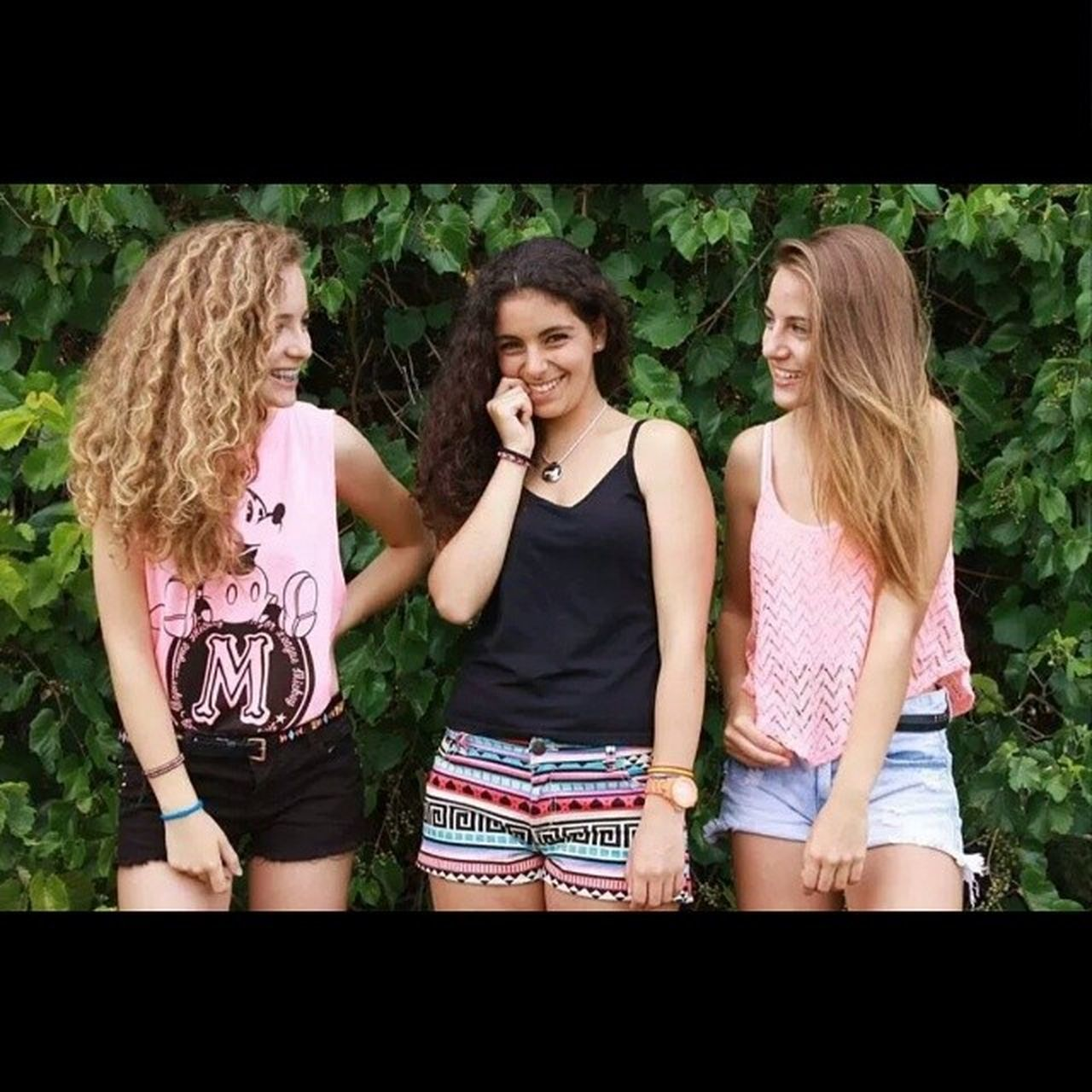 friendship, teenager, teenage girls, togetherness, three quarter length, three people, teenagers only, front view, smiling, long hair, outdoors, day, blond hair, young adult, bonding, happiness, young women, people, real people, tree, social gathering, adult