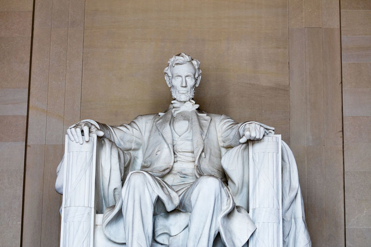 Statue of abraham lincoln against wall