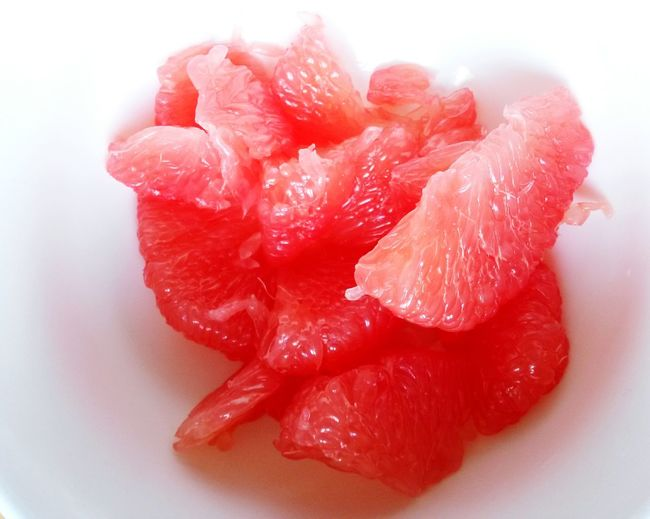 Beautifully Organized Grapefruit Red Grapefruit Grapefruit In A White Bowl White Backgound Bright