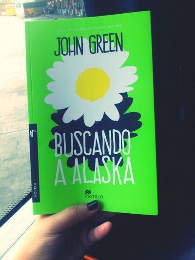 Tengo 24 horas de viaje para leer esta hermosura. Este es el primer libro de John que me compro y a diferencia de todo el mundo, quise empezar con su primer libro. Starting A Trip Book Johngreen Lookingforalaska