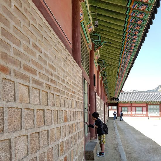 I, too, peered in, like this little boy Gyeongbokgung Palace, Seoul Joseon Dynasty 5 Centuries Palace Architecture Seoularchitecture Streetphotography Seoul Streetphotography Tripwithson2017 Seoulmay2017 Seoul South Korea