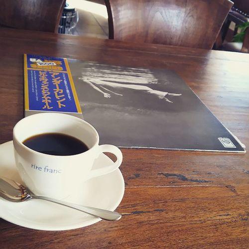 大好きなジャズ喫茶。 今日はオーナーのご好意で、特別にレコードで聴かせていただきました。 最高のオーディオシステムに、最高の音質、最高のアルバムを。 至福の時間やなぁ。 Billevans Jimhall Undercurrent Billevansandjimhall ビルエヴァンス ジムホール アンダーカレント Jazz ジャズ Piano ピアノ Guitar ギター Jbl4344 JBL Macintoshc40 Macintoshmc202 Macintosh Audio オーディオ コーヒー Coffee ジャズ喫茶 Record レコード カフェ cafe 音楽 music