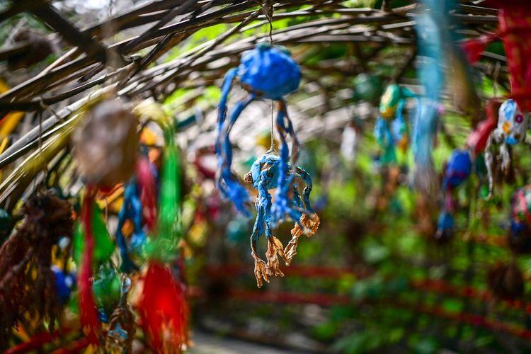 蛙たち、妖精たち。 Hanging Focus On Foreground Close-up Multi Colored Decoration Day No People Art And Craft Animal Animal Wildlife Tree Plant Invertebrate Blue Selective Focus Outdoors Nature Animal Themes Craft Creativity