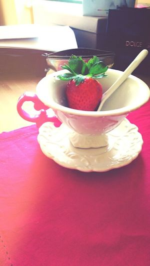 The only 2 things could cheer me up today are the nose-sized strawberry and my new teacup.如鼻子大的草梅&新入手的可愛杯杯組,是今日唯二小確幸 Cheer Up Strawberry