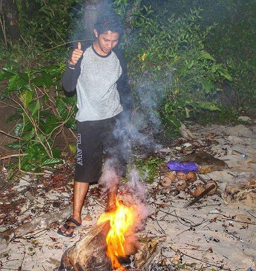 Onfire Kerjakan tugasmu walaupun hanya untuk membuat Api. Lokasi : Pulau Gangga - Likupang - SULUT Gear : Canon EOS 1100D Manado Sulawesiutara Likupang Pulaugangga