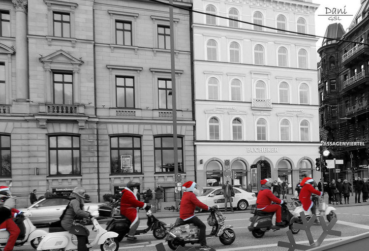 Santa's motorbike! The Culture Of The Holidays Hamburgo in christmas. World Taking Photos Outdoors Color Outdoor Photography On The Way Outside Things I Like Christmastime Christmas Around The World Navidad Santaclaus Moto Color And B&w