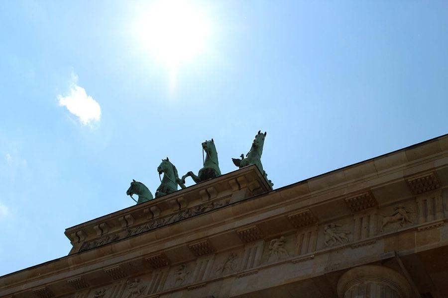 Berlin Brandenburger Tor Brandenburgertor Horses Berlin Street Markets Statue Blue Sky Sunshine