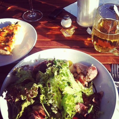 Gesunder Salat mit super Dressing. Und Schweinefilet im Speckmantel. Geil!