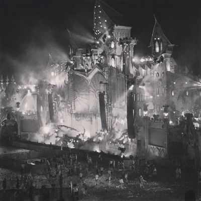 The main stage Crazymainstage Tomorrowworld Tomorrowland Thewaitisover thebestplacetobe epicscenes partyingscenes afterpartyscenes tomorrowlandaftermovie blackandwhite effects lightsflash