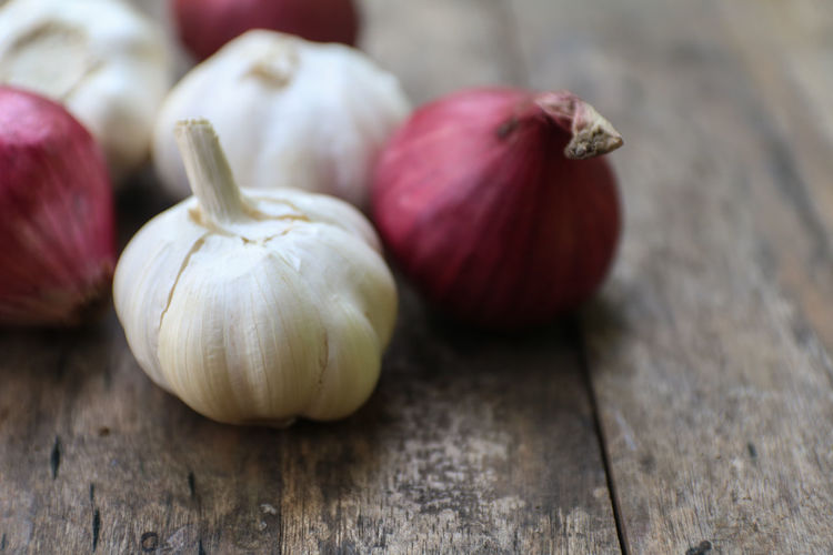 Onions and Garlic Close-up Day Focus On Foreground Food Food And Drink Freshness Garlic Garlic Bulb Healthy Eating Indoors  Ingredient Natural Condition No People Onion Organic Ripe Spice Still Life Table Vegetable Wellbeing Wood - Material Wood Grain The Still Life Photographer - 2018 EyeEm Awards