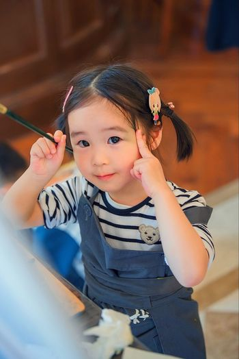 Childhood Looking At Camera One Person Real People Portrait Cute Smiling Happiness Casual Clothing Lifestyles Holding Indoors  Cheerful Day Girls Child People Adult