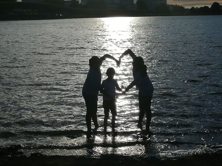 Togetherness People Fun Child Real People Silhouette Friendship Outdoors Water Reflection In The Water Best Of EyeEm Kids Having Fun Kids Lac Lake Togheter Forever Love Beauty In Nature City View  Life Sunset Togheter We Stand Vacations Sunlight Reflection