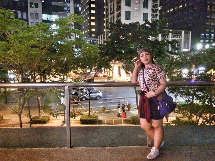 Young Adult One Person Tree One Young Woman Only One Woman Only Young Women Built Structure Beautiful Woman Only Women Outdoors Full Length Building Exterior Front View Architecture Standing City Night Portrait Illuminated Real People