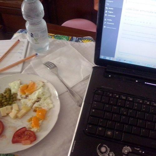 Lavorare mangiando. Mangiare lavorando. Augustbreak2014 Onthetable