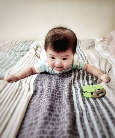 Bedsheet Childhood Child Front View Real People Baby One Person 17.62° Young Indoors  Babyhood Innocence Portrait Bed Cute Lifestyles Toddler  Casual Clothing