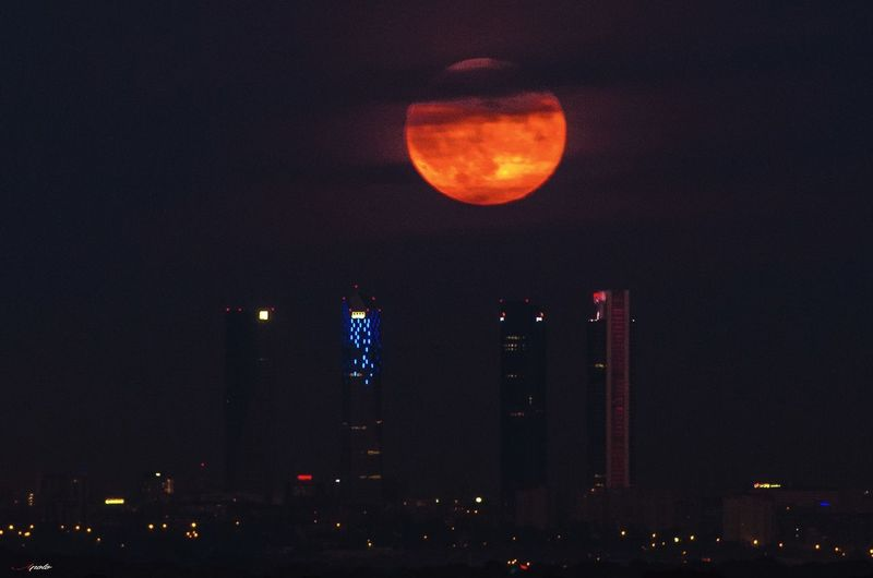 Luna y torres #photography #EyeEmNewHere #streetphotography #EyeEm #4torresbusinesarea City Astronomy Illuminated Moon Red Urban Skyline Statue Sky Full Moon Half Moon