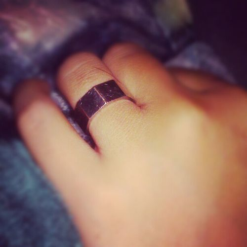 My sister has a ring thts a screw. Screwring Weird Ummmok Kindawantone @lissshaaaa