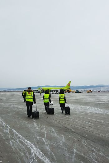 Flight FlightAttendant Flightattendantlife Flightattendants Pilot Aviation Aviationlovers Apron Winter Snow Boeing Boeing 737 Boeing 737-800 S7airaplane S7airlines Airplane