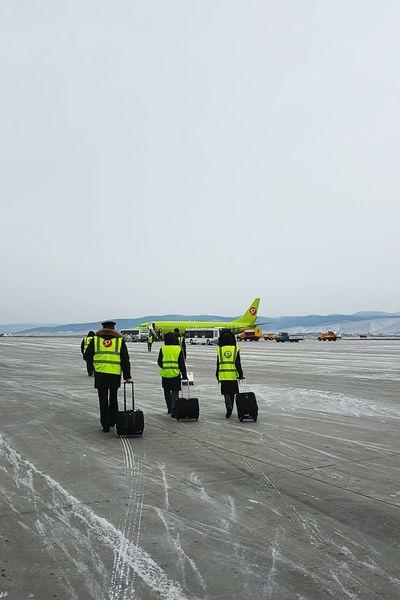 Flight FlightAttendant Flightattendantlife Flightattendants Pilot Aviation Aviationlovers Apron Winter Snow Boeing Boeing 737 Boeing 737-800 S7airaplane S7airlines Airplane