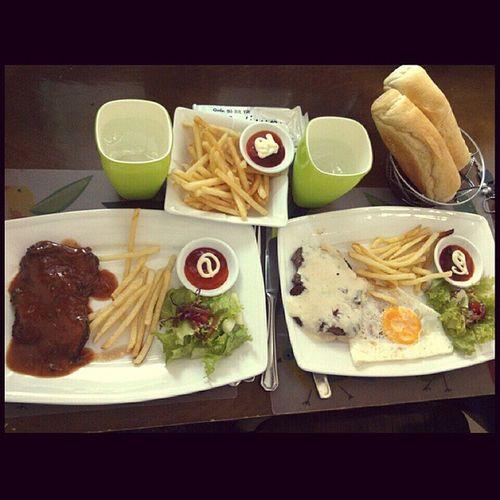 Thèm ăn thịt... 🍖🍖🍖 Beefsteak BBQ Chesse  Sauce Salad Bread Frenchfries Yummy Loveitsobad Wannamore