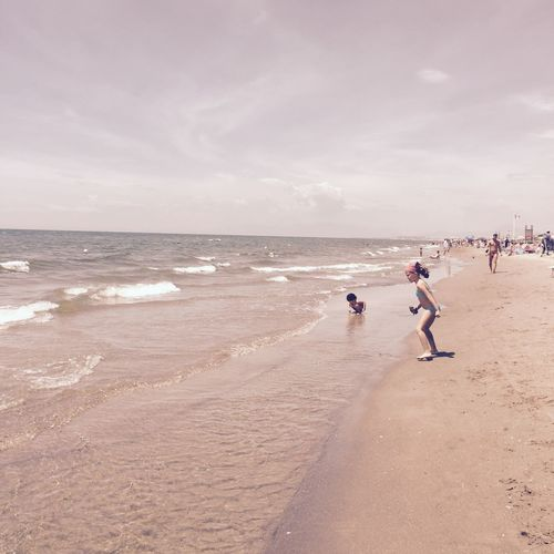 Napoli ❤ I bambini giocano, quelli delle granite posteggiano le ragazze ai primi lettini. Amanti si incontrano, americani sono in vacanza. Coppie che litigano, coppie in seconde nozze si presentano ai parenti. E poi ci sono io che non mi faccio mai i fatti miei! Inciuci in riva al mar!😜❤️