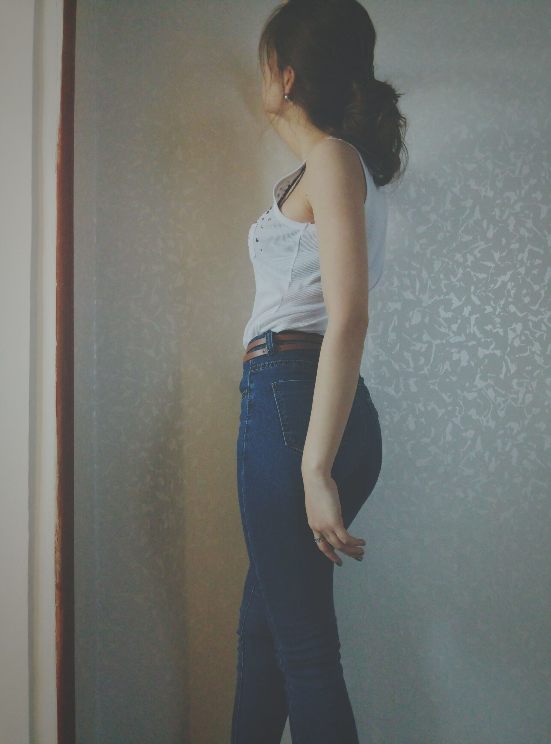 pregnant, standing, contemplation, real people, lifestyles, one person, three quarter length, indoors, women, day, people, one woman only, human abdomen, abdomen, human fertility, adult, adults only