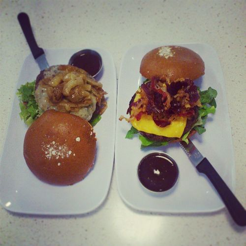 My Friend burger next to mine Comparing who made the Best  one, Thecounter burger, were great burgers are served, medium done beef with dried berries and bacon eith brown bread, jeddah saudi_arabia ksa saudi arabia igersJEDDAH جدة