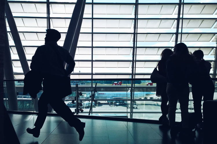 Quickly running! Backgrounds Blinds Ceiling Closed Design Full Frame Glass - Material Indoors  Leisure Activity Lifestyles Q Metal Modern Occupation Silhouettes Swissair Steps Airport Hurry Hurry Up! Hurry Up Business Business Trip The Color Of Business Window