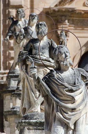 西西里岛sicily的小城modica一座教堂前的神像,从某个角度看过去,姿势很呆萌,于是拍了这么一张。 旅游