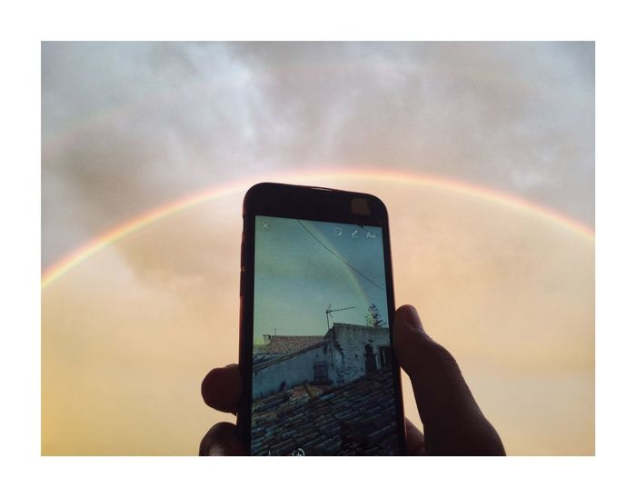 Dans l'arc du ciel Rainbow Wireless Technology Smart Phone Mobile Phone Portable Information Device Communication Auto Post Production Filter Device Screen Using Phone
