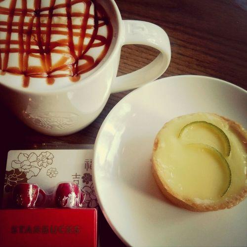 起個大早,當第一個客人,點了最愛的檸檬塔。還拿到星巴客送的小禮物…希望今年有順利的一年。 Coffee Break Drinking A Latte Goodmorning :)