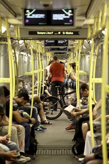 Titel: EINE TYPISCHE FAHRT MIT DER U-BAHN. Alltag Berlin Bvg Draußen Einetypischefahrtmitderubahn Farbe Menschen Ubahn