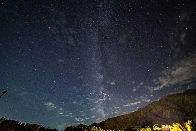 駐車場を見上げると、満天の星空が。 Star - Space Astronomy Space Night Scenics - Nature Sky Star Nature Low Angle View Space And Astronomy No People Environment Tranquility Landscape Tranquil Scene Mountain Beauty In Nature Star Field Galaxy Infinity