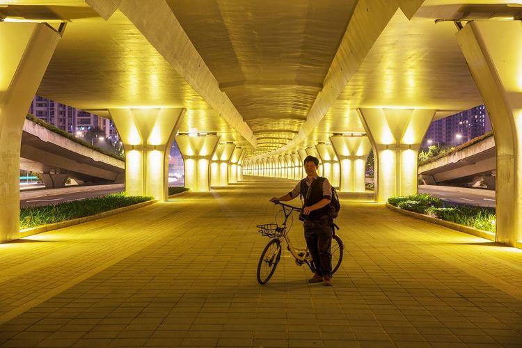 好心情(1) Bicycle Night Illuminated Transportation One Person Tunnel Lifestyles Full Length Helmet Women Mode Of Transport Architecture Built Structure Men City Headwear Young Adult Cycling Bridge - Man Made Structure Adult