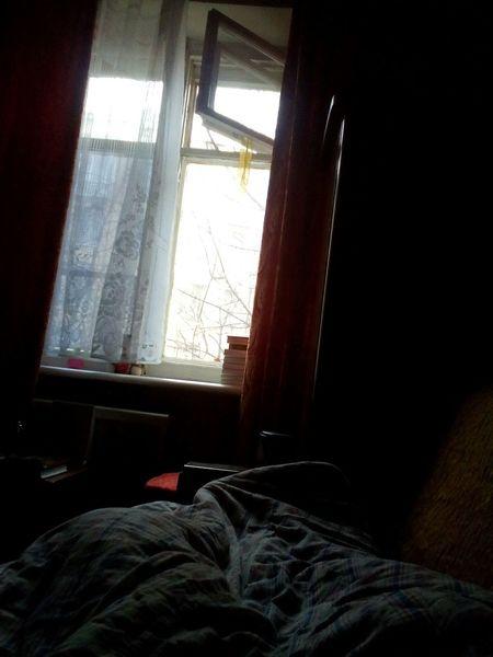 Необыкновенная простота и уют. Многие подумают что это просто какая-то там фотография окна и куска кровати. Но нет. Это не так. Меня эта фотография цепляет. В момент ее создания я была у бабушки. Было утро. Я проснулась и сразу почуяла аппетитный запах оладушек. Бабушка тут же пришла и спросила как спалось. Потом сказала, что я еще могу поваляться в кровати и никуда не идти. Меня это очень обрадовало. Я решила сделать эту фотографию. у бабушки вдохновение фото фотограф хорошее настроение  СЧАСТЬЕ оладушки любовь люблю бабушку Relaxing Hello World Cheese! First Eyeem Photo