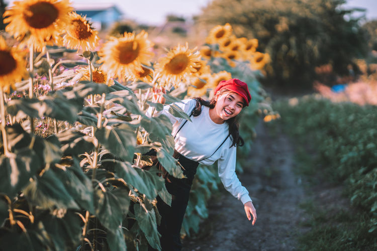 keep you face to the sunshine and you cannot see the shadow. it's what the sunflowers do.🌻🌻🌻. Young smiling woman emerge from the sunflower field at beautiful sunset . Nature Real People Sunflower Happiness Celebration Child Field Outdoors Smiling Emotion Plant Land Sunflowers Cheerful Enjoyment Front View Lifestyles Young Adult Sunflowers🌻 Sunflower🌻 One Person Young Women Casual Clothing Leisure Activity